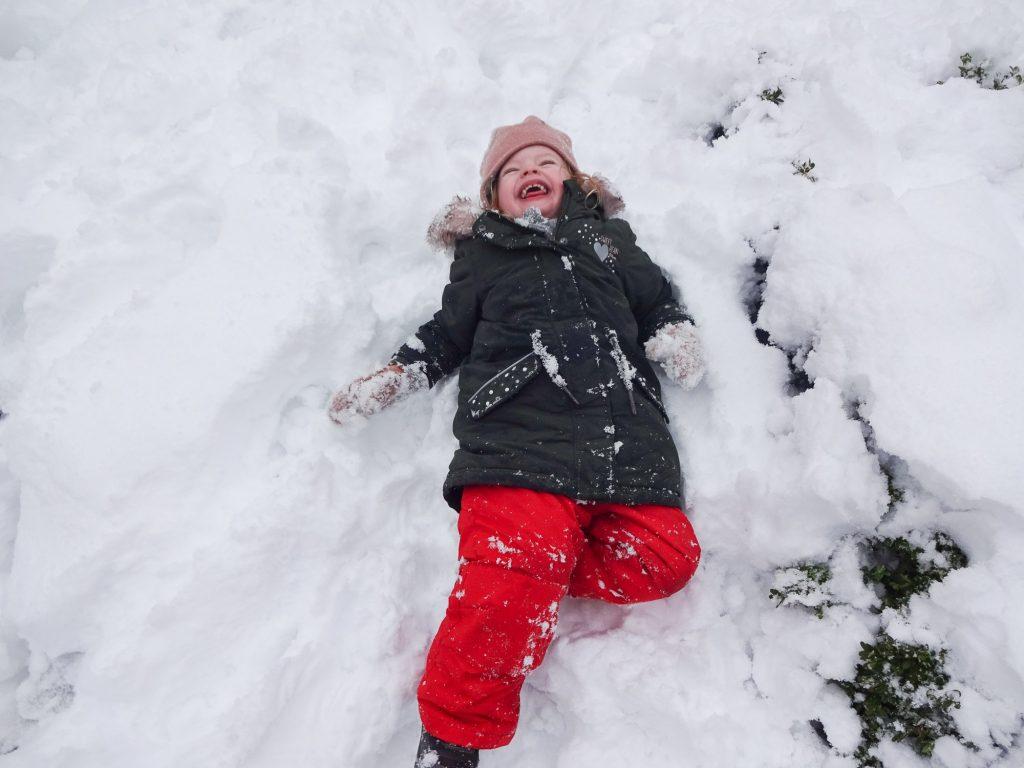Minis haben Spaß im Schnee