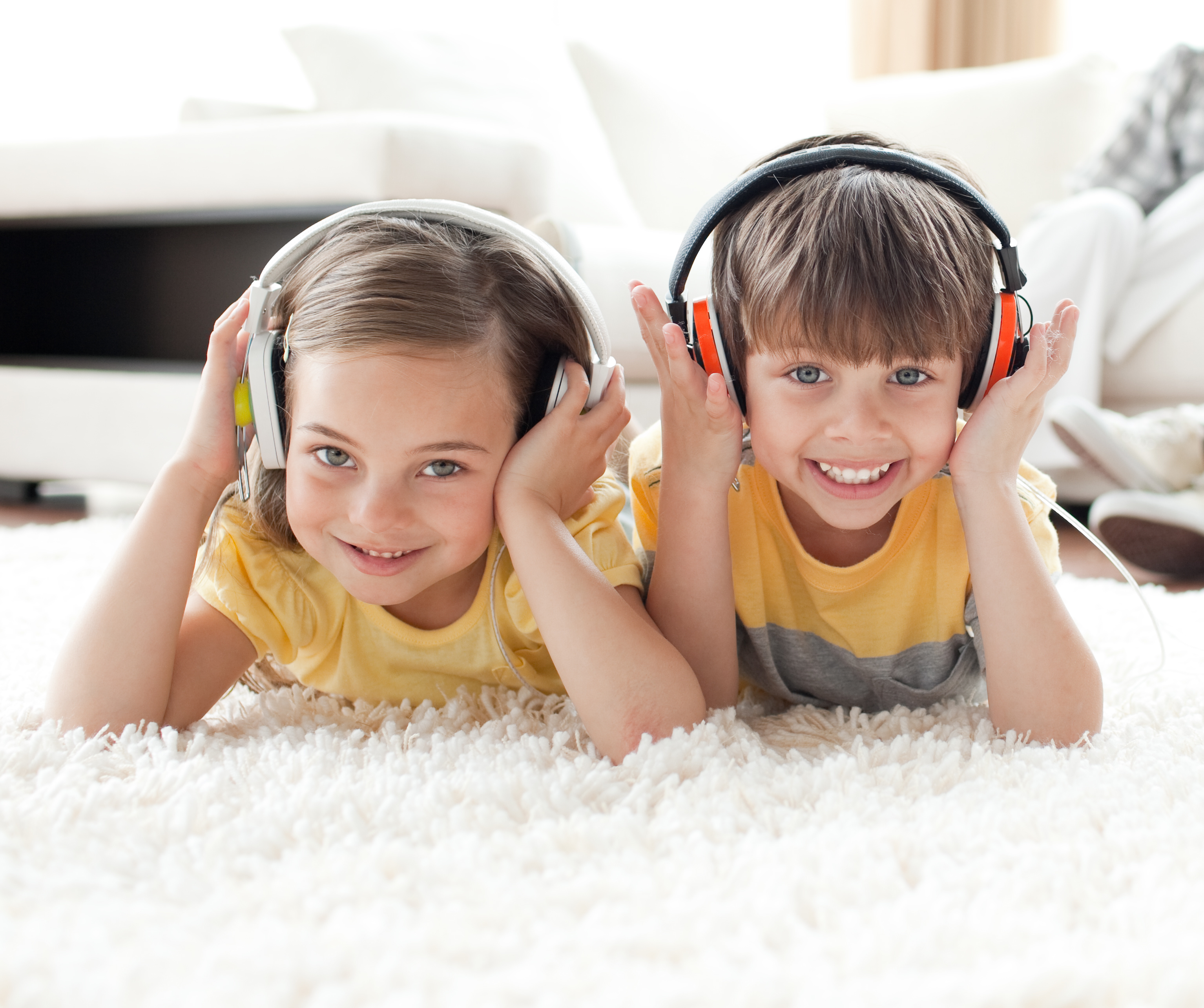 Geschwister hören Radio für Kinder