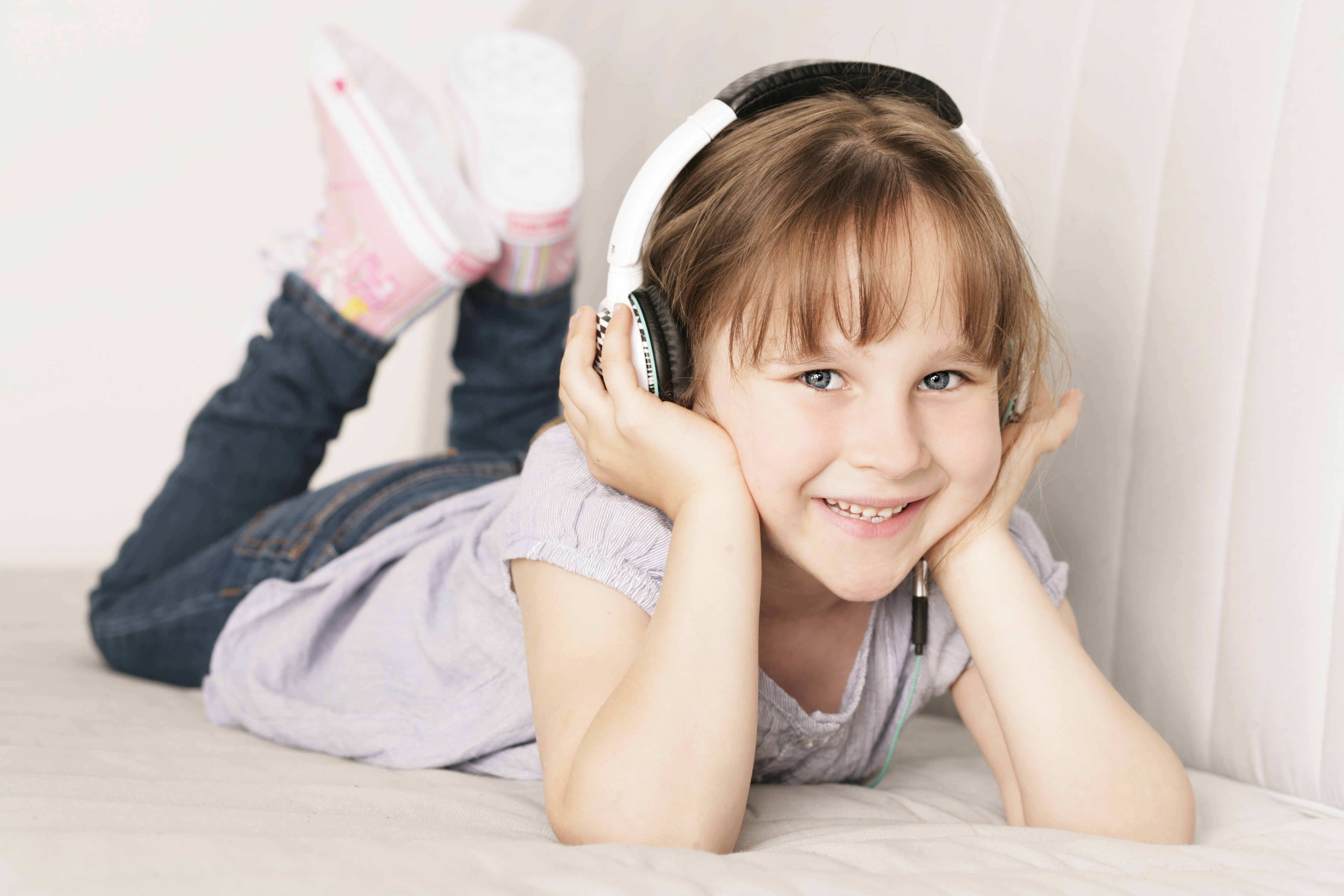 Mädchen hört Radio für Kinder
