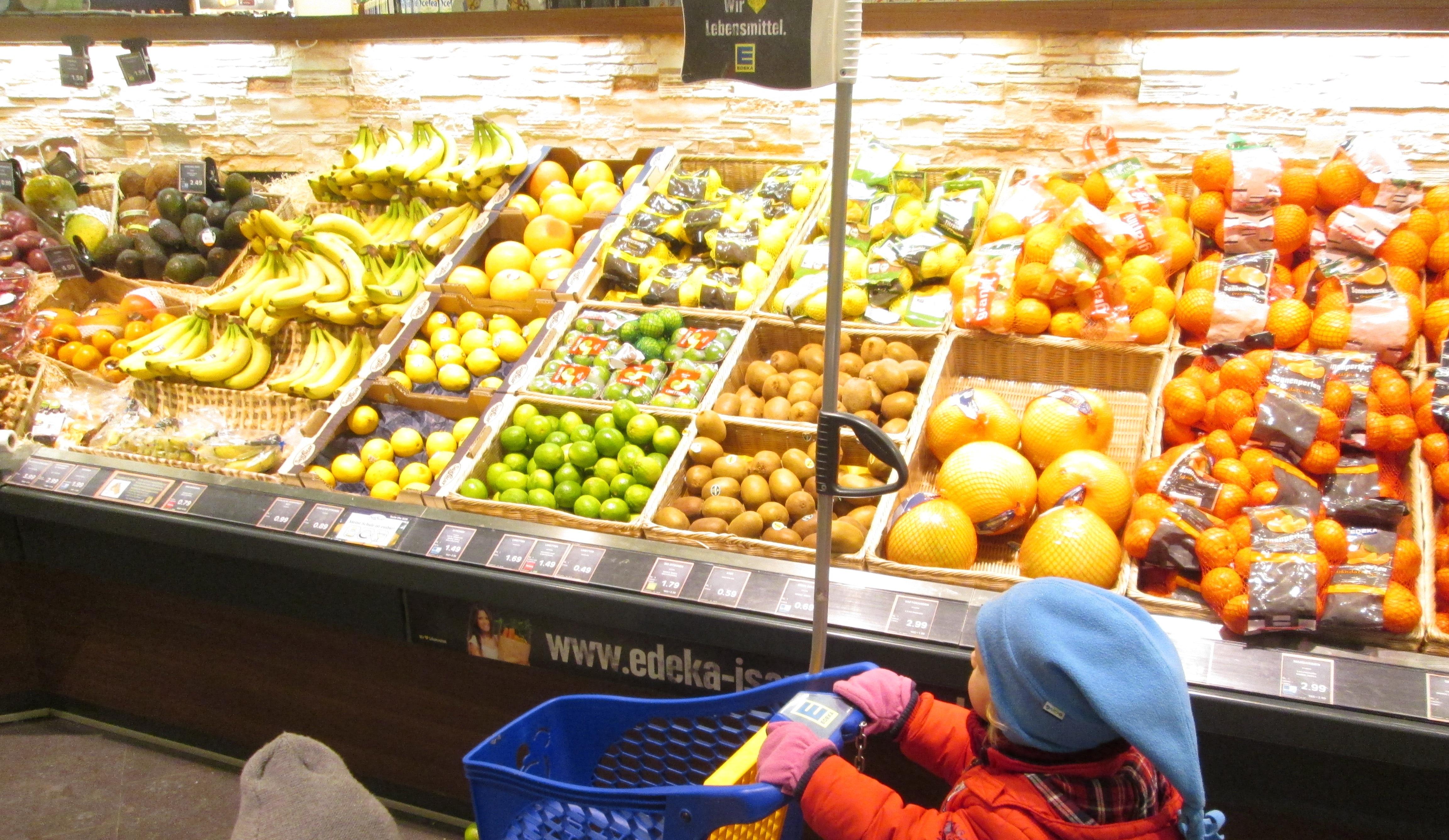 Obsteinkauf im Supermarkt für die Gesundheitswoche im Minihaus München