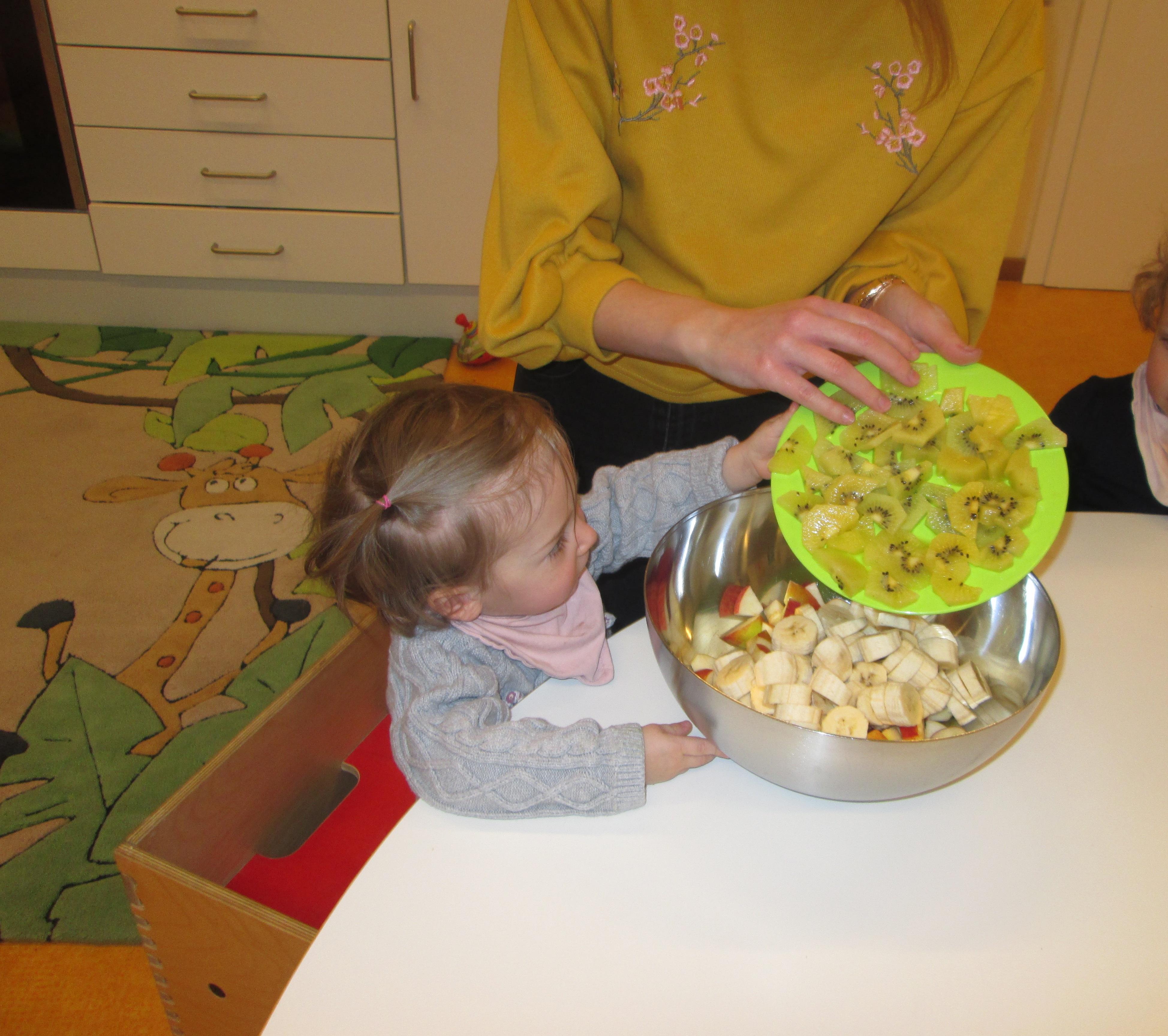 Obstsalat zubereiten bei der Gesundheitswoche im Minihaus München